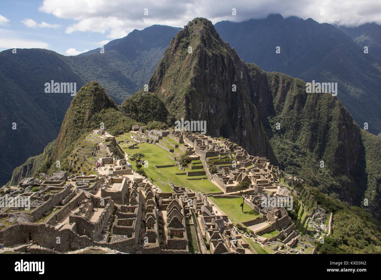 Hohe Betrachtungswinkel von Alt gegen Berge Ruine Stockbild