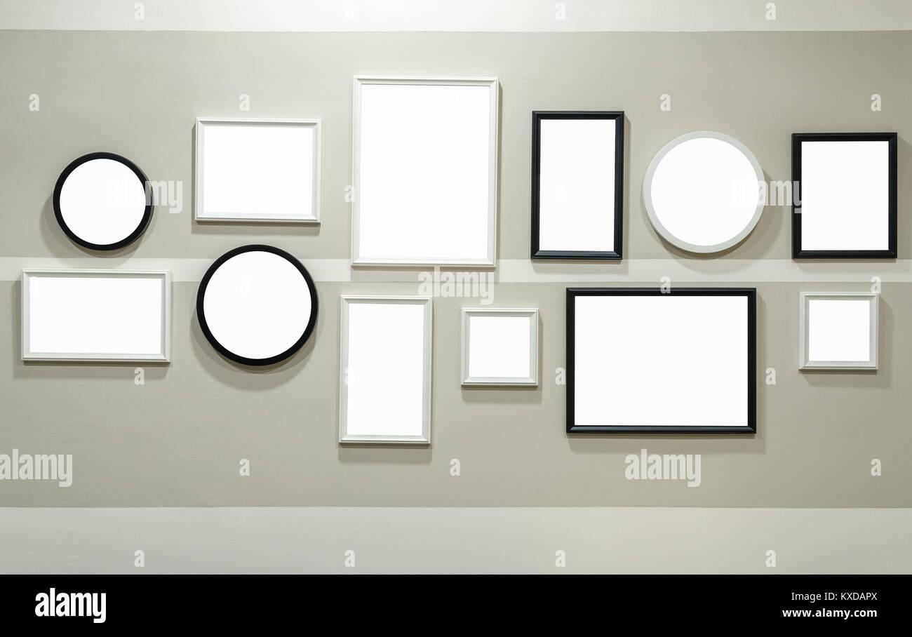 Unterschiedliche Größe der schwarzen und weißen Bilderrahmen an der ...
