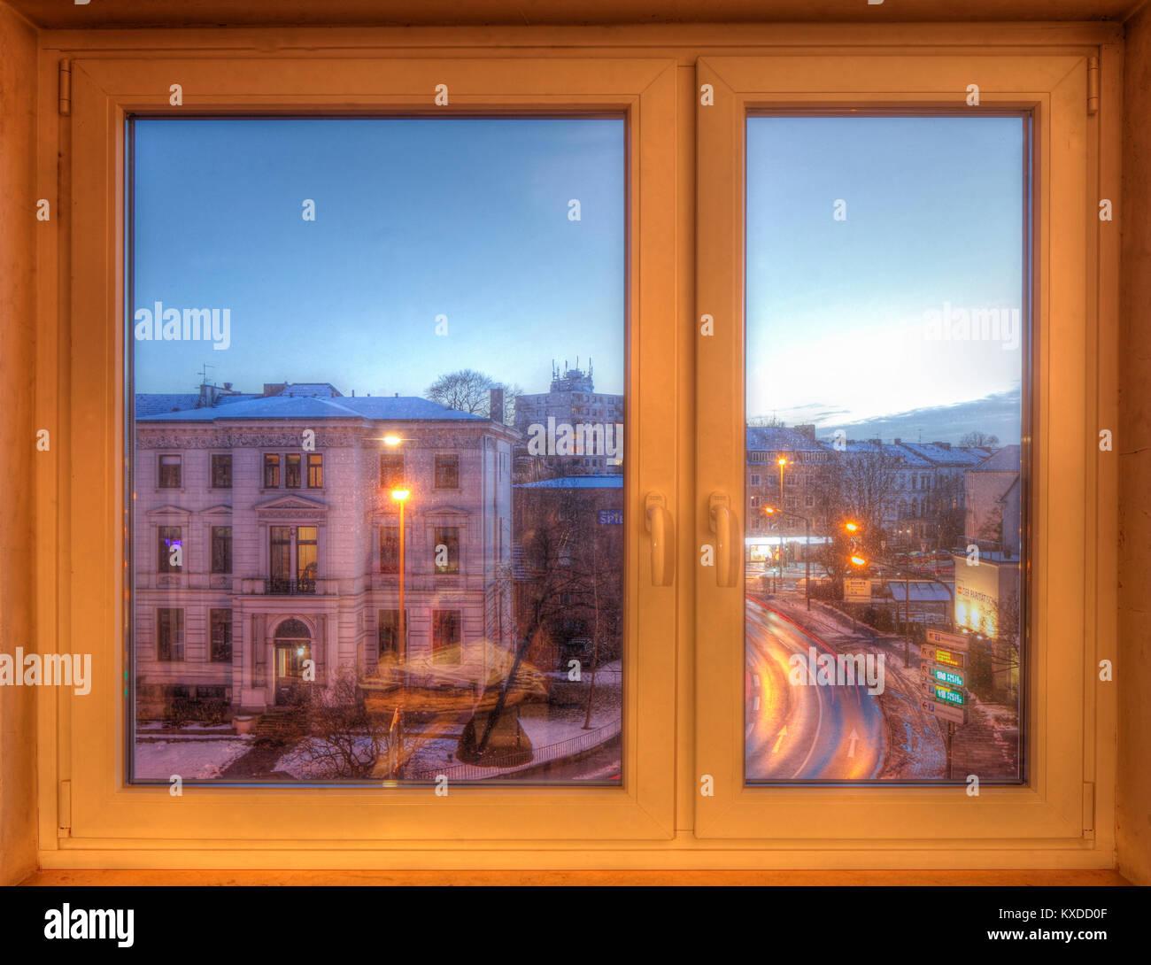 Blick Durch Die Fenster Von Innen Auf Verschneiten Straßen Und Häuser In Der  Abenddämmerung Geschlossen, Bremen, Deutschland
