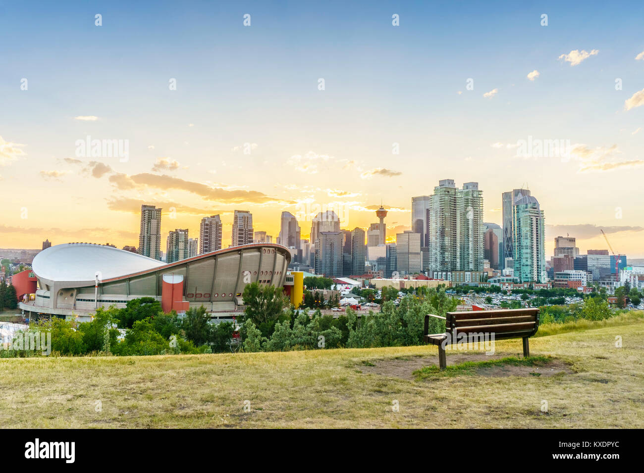 Die Innenstadt von Calgary bei Sonnenuntergang im Sommer, Alberta, Kanada Stockbild