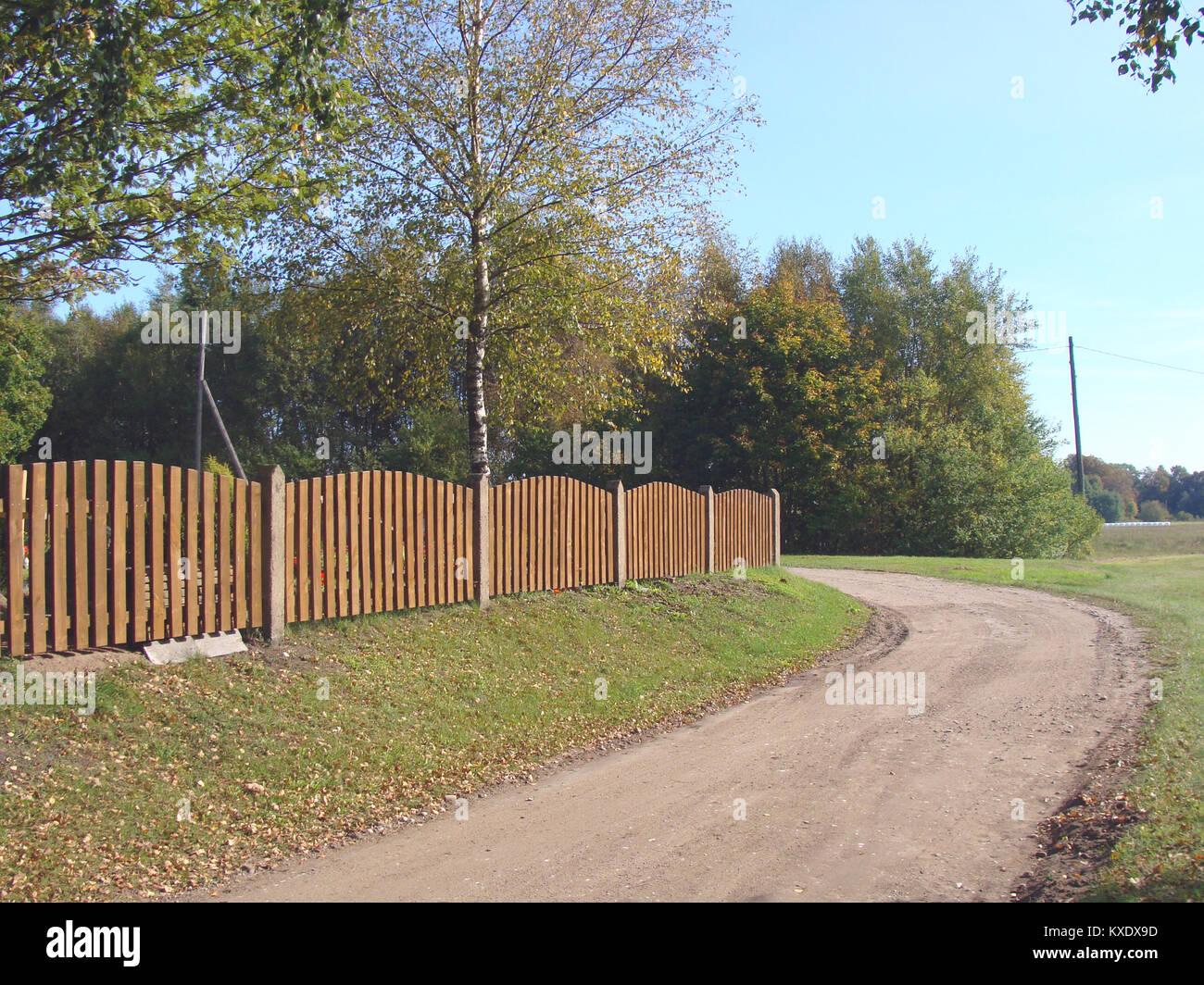 Braun Farbe Farbe Zaun Aus Holz Latten Und Betonpfosten Stockfoto