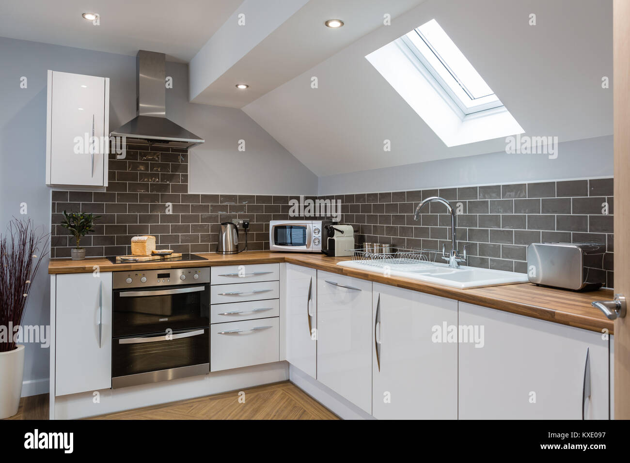 Moderne, weiße Küche mit Holz- Arbeitsplatten Stockfoto, Bild ...
