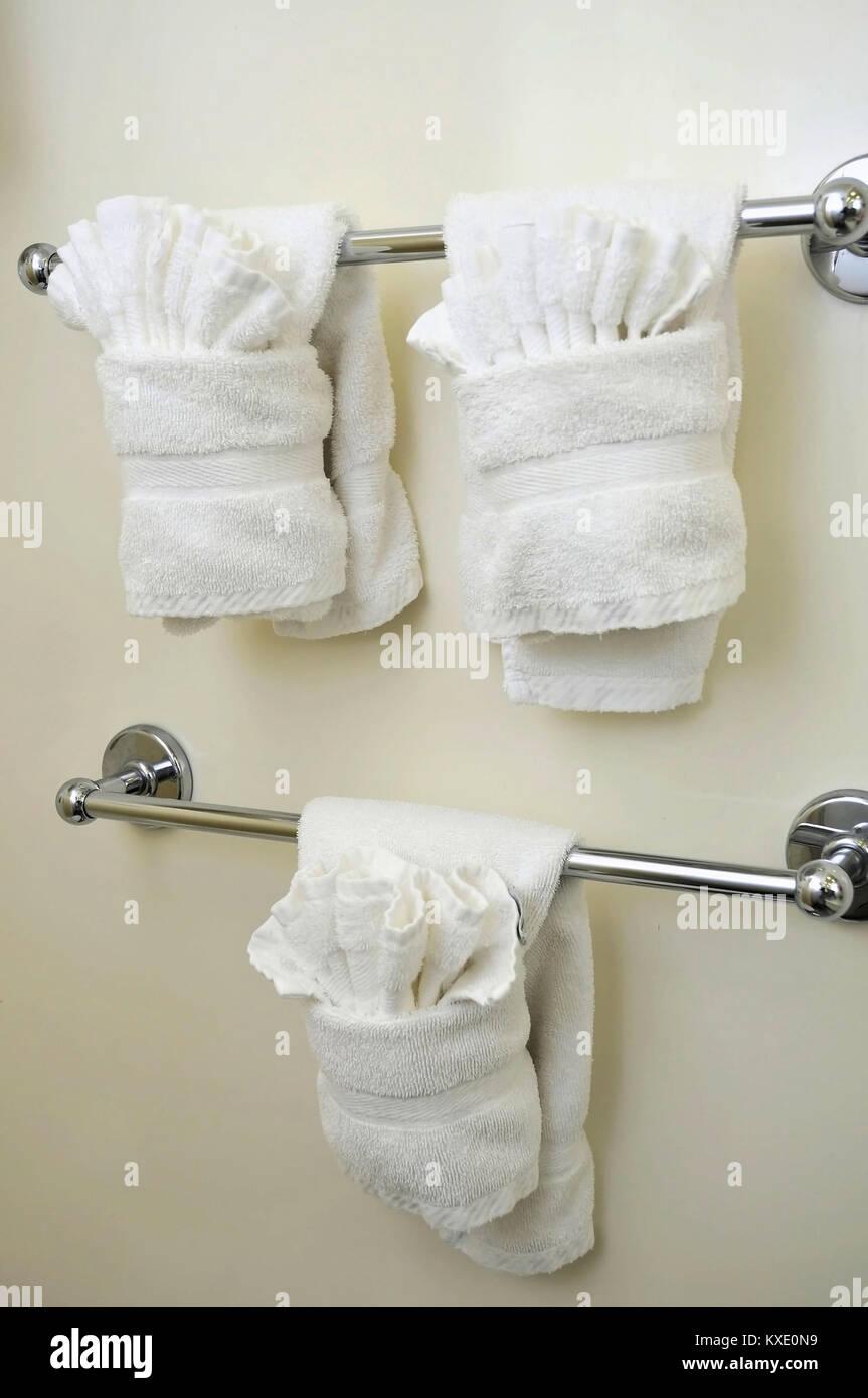 Sauber und gefaltet, weiße Handtücher im Bad aufhängen ...