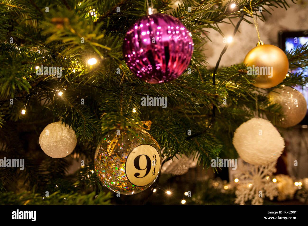 Christbaumkugeln Weiß Gold.Nahaufnahme Von Lila Gold Weiß Und Silber Weihnachtskugel