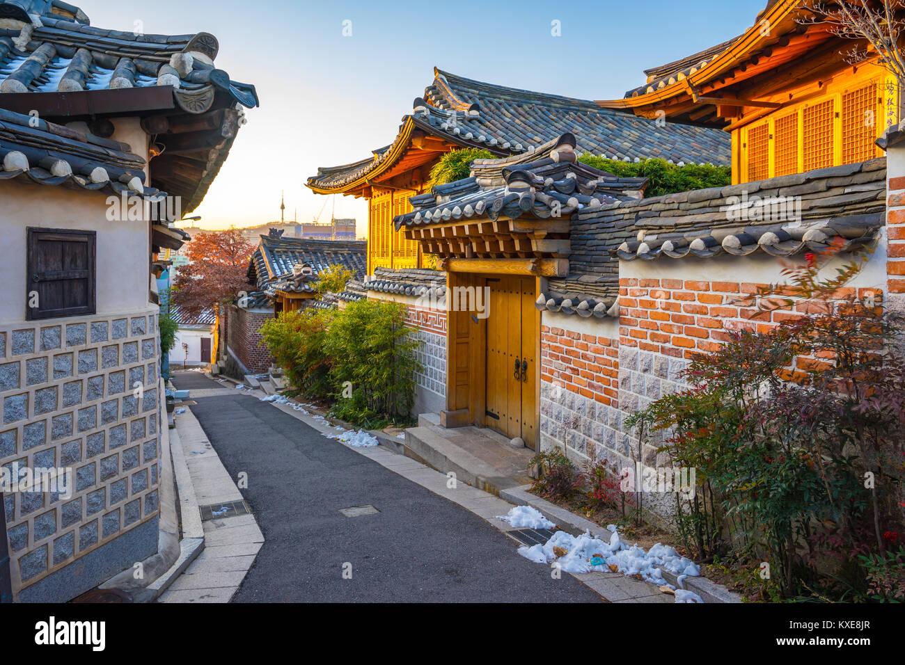 Seoul City Skyline mit Das Dorf Bukchon Hanok in Südkorea. Stockbild