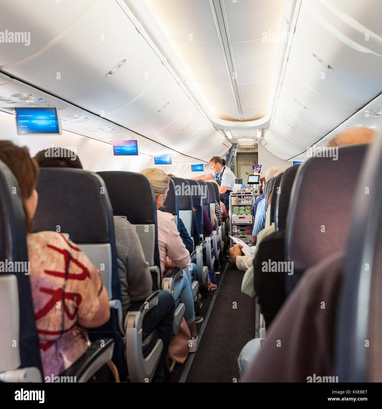 Cabin Crew Getränke auf einer Boeing 737 im Flug auf einer TUI-Ebene ...