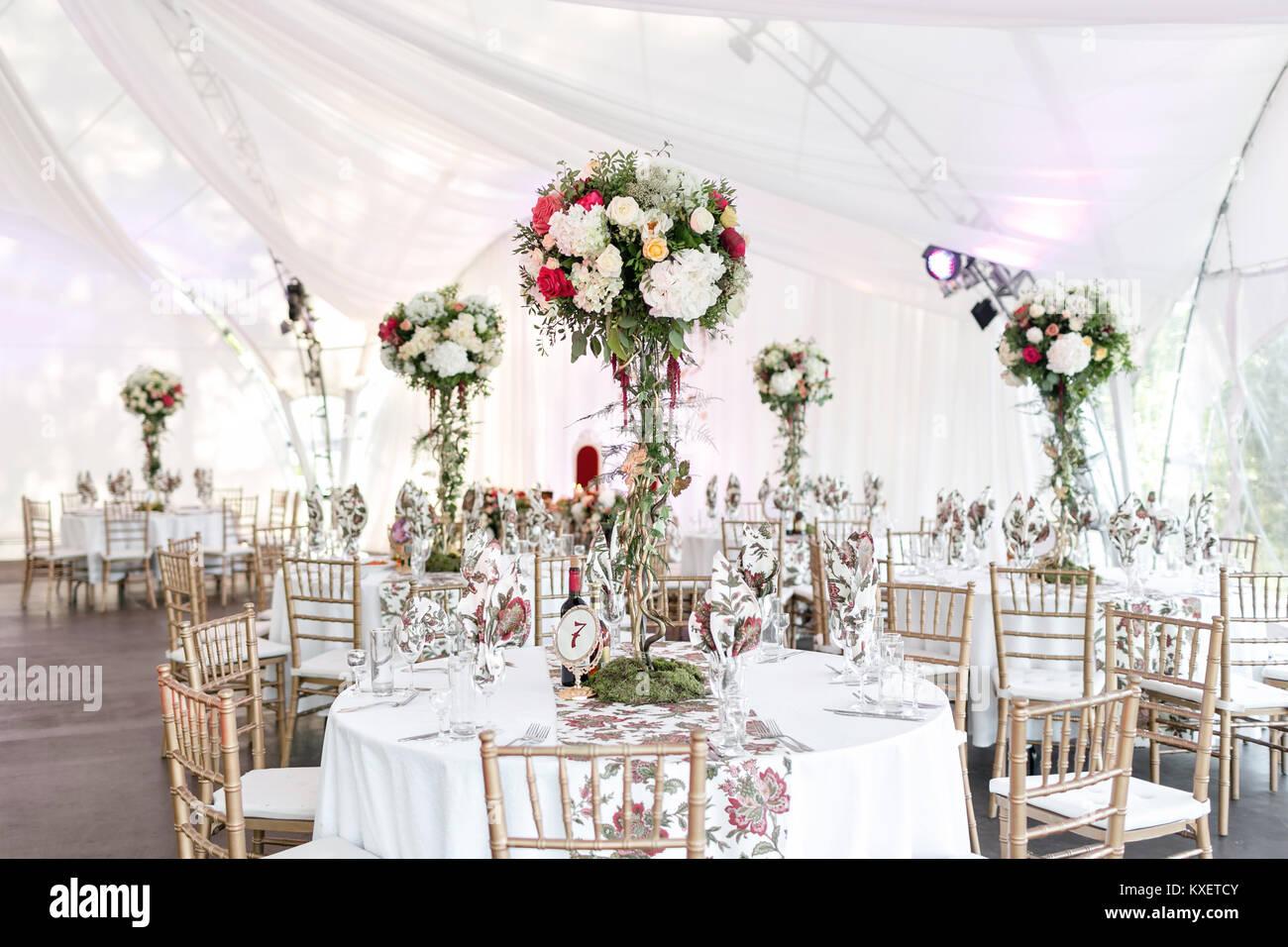 Innenraum Einer Hochzeit Zelt Dekoration Bereit Fur Die Gaste Runde