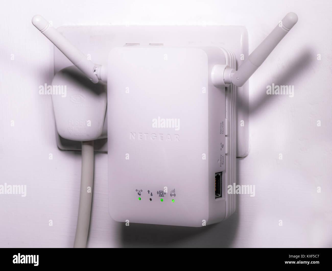 Netgear WLAN/Wi-fi wireless internet Extender, mit zwei Antennen an eine elektrische Steckdose angeschlossen, mit Stockbild