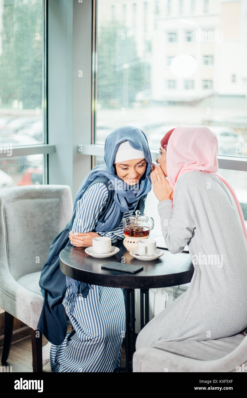 Porträt von zwei Frau sprechen beim Sitzen auf der Couch Kaffee genießen. Stockbild
