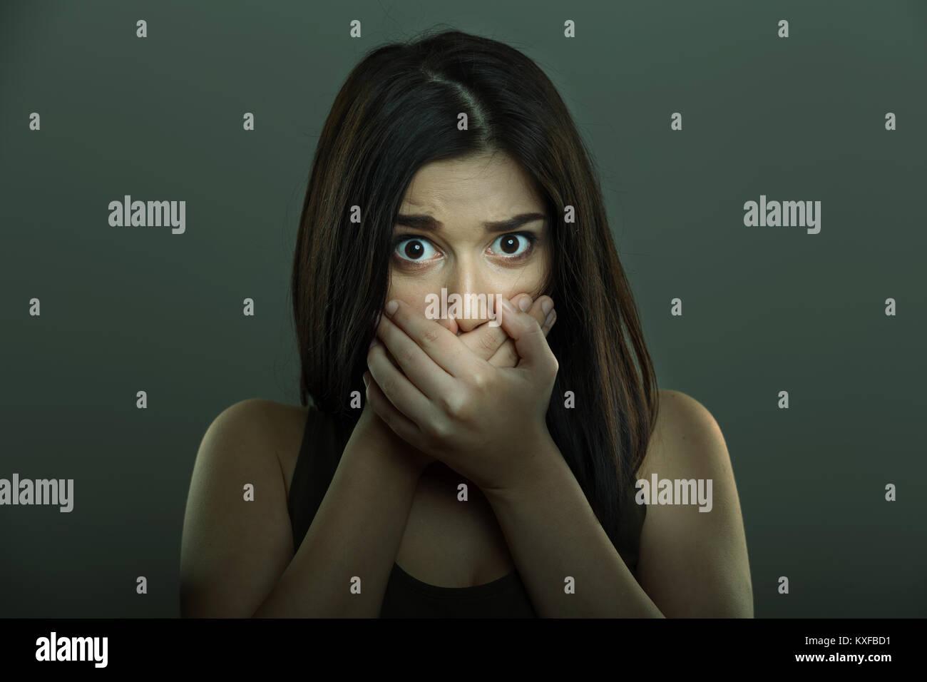 Angst Frau mit Angst Ausdruck und Hände, Mund Stockbild