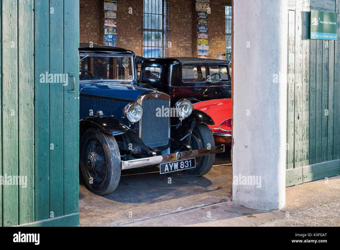 Oldtimer in der Garage im Bicester Heritage Center. Bicester, Oxfordshire, England. Stockbild