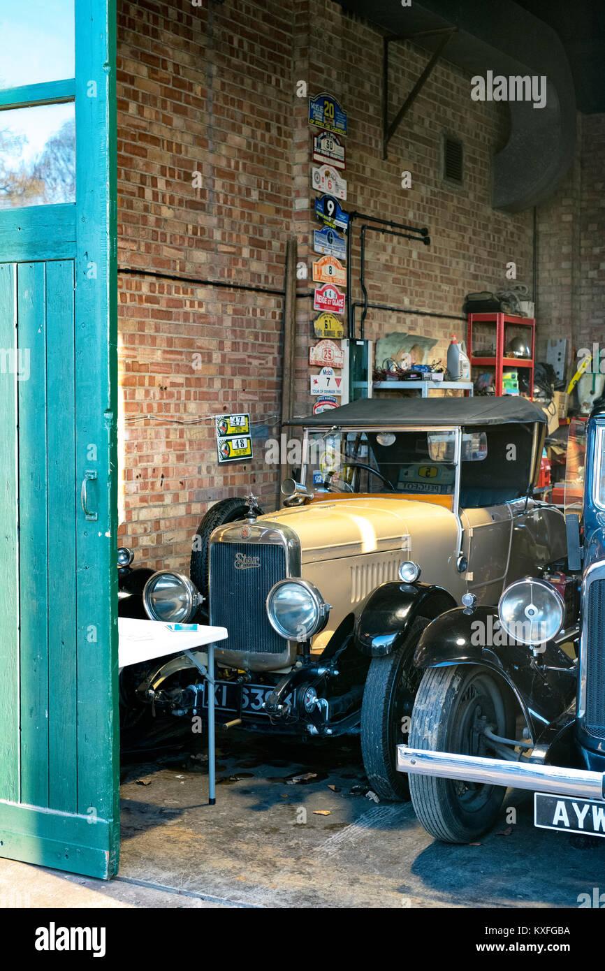 Oldtimer, die mit einem Stern Auto 1926 in einer Garage im Bicester Heritage Center. Bicester, Oxfordshire, England. Stockbild