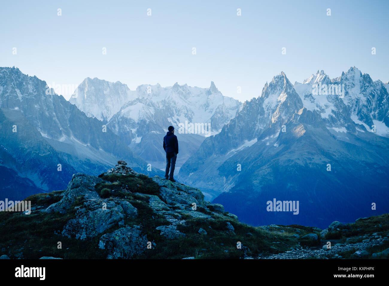 Man Blick auf die Berge in der Nähe von Chamonix, Frankreich. Alter film Stil. Stockbild