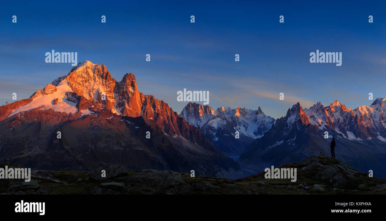 Man genießt die Aussicht auf die Alpen, mit Aiguille Verte und Les Drus, in der Nähe von Chamonix während Stockbild