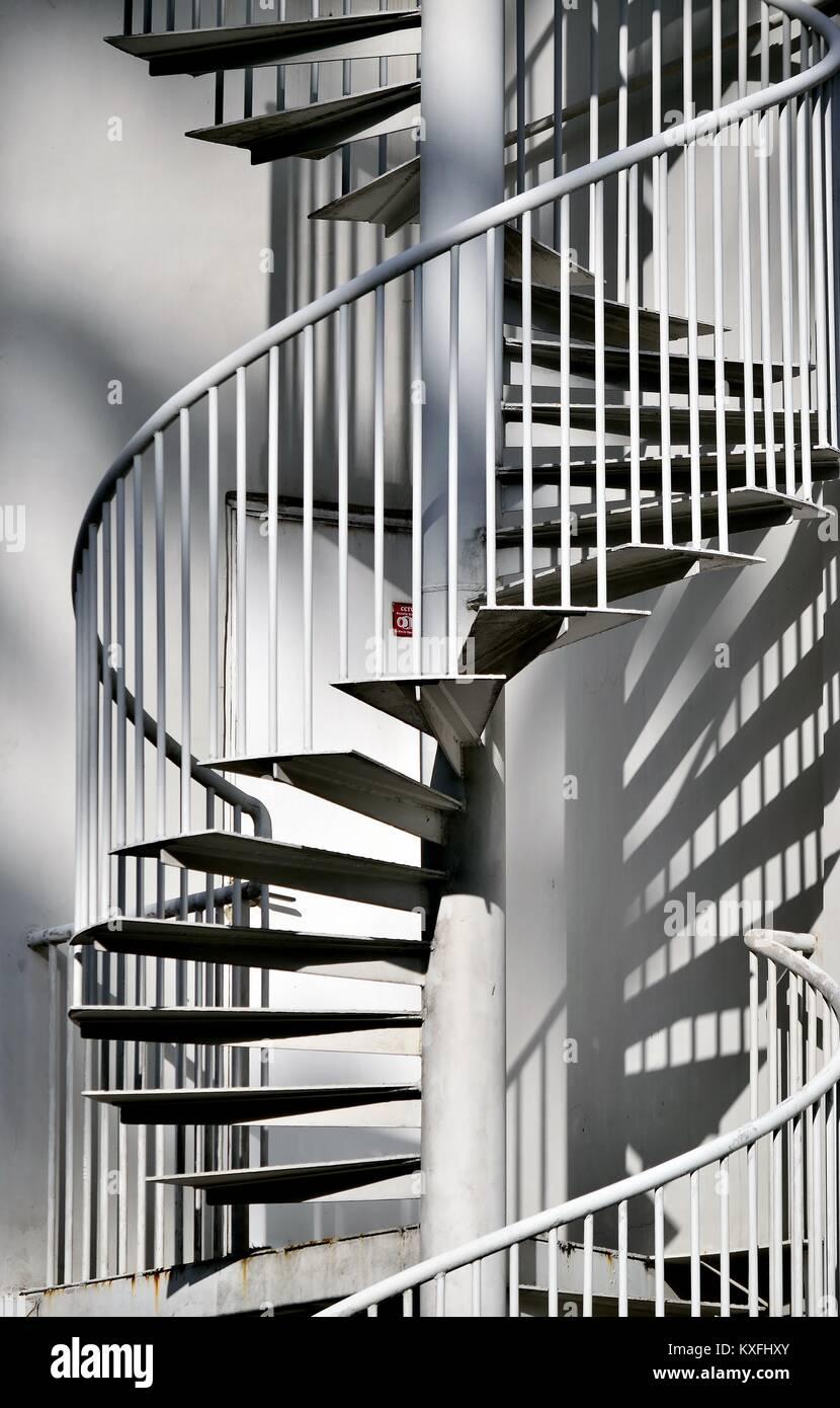 elegante metall au en wendeltreppe an der seite eines hauses in singapur stockfoto bild. Black Bedroom Furniture Sets. Home Design Ideas