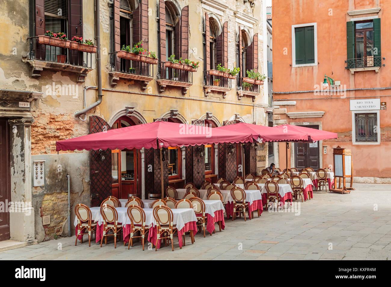 Ein Restaurant im Freien, in Veneto, Venedig, Italien, Europa. Stockbild