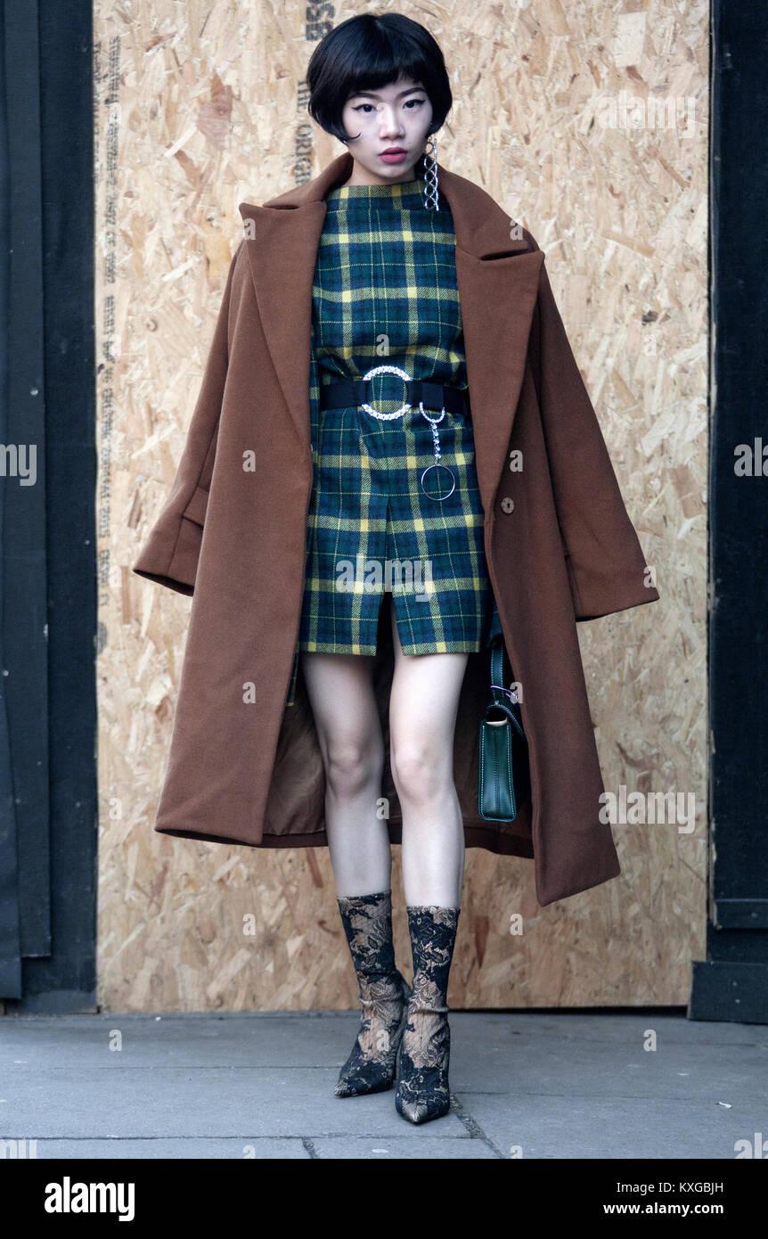 Street Style Von Tag Zwei Der London Fashion Week Mens Aw 2018 Bild Zeigt Chinesische Mode Kaufer Harper Silin Sie Tragt Ein Belted Umgekehrt Manner Jacke Als Ruckenfreies Kleid Mit Einer Erklarung