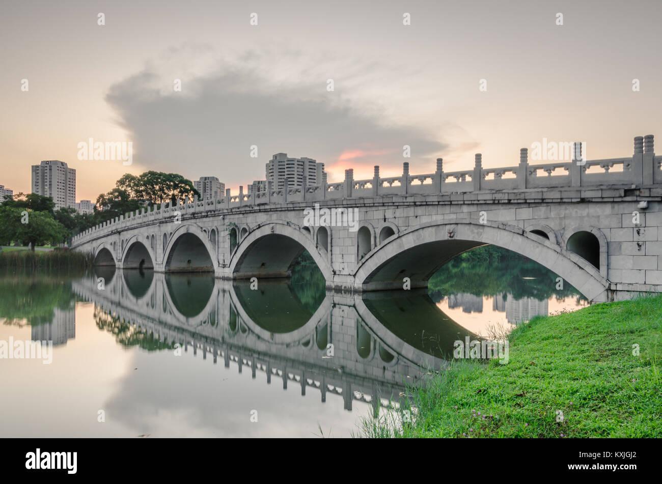 Die Brücke, die das Chinesische Garten, Japanischer Garten Inseln ...