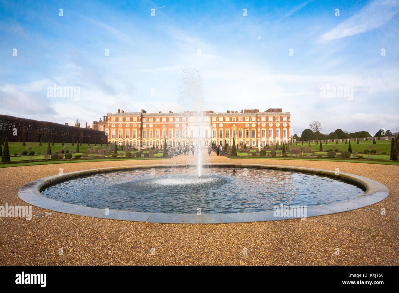 Hampton Court Palace, einem königlichen Palast in der Stadt Richmond, London. Es hat zwei unterschiedliche Stockbild