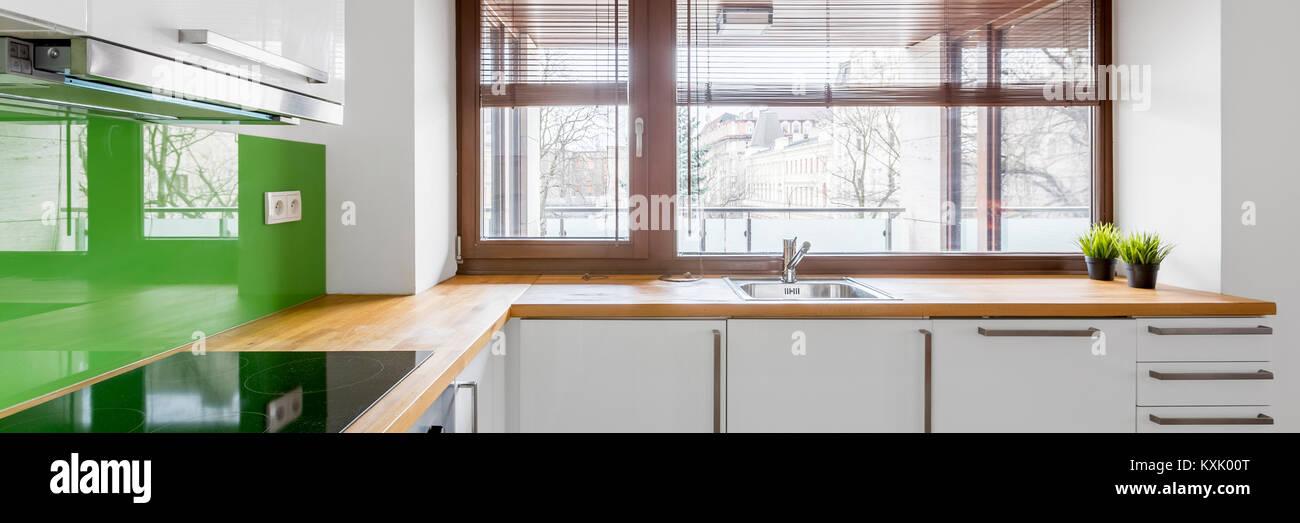 Weiße Küche Mit Modernen Schränke, Grün Backsplash Und Fenster, Panorama