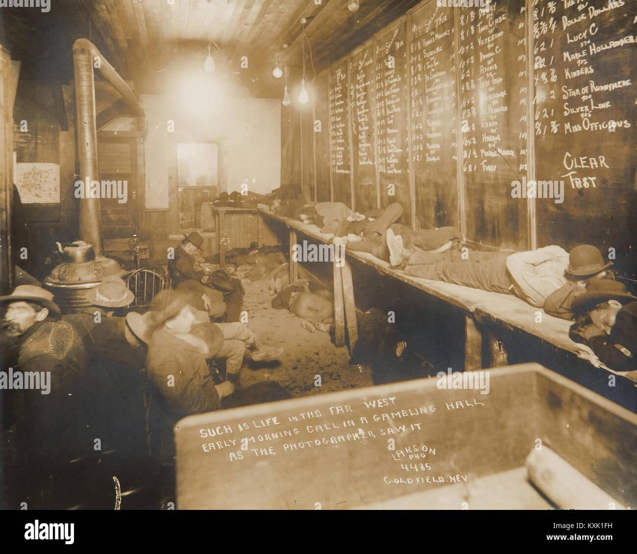 Gambling Hall Foto - DER UCH ist Leben im Fernen Westen/am frühen Morgen Anruf in einer Spielhalle Stockbild