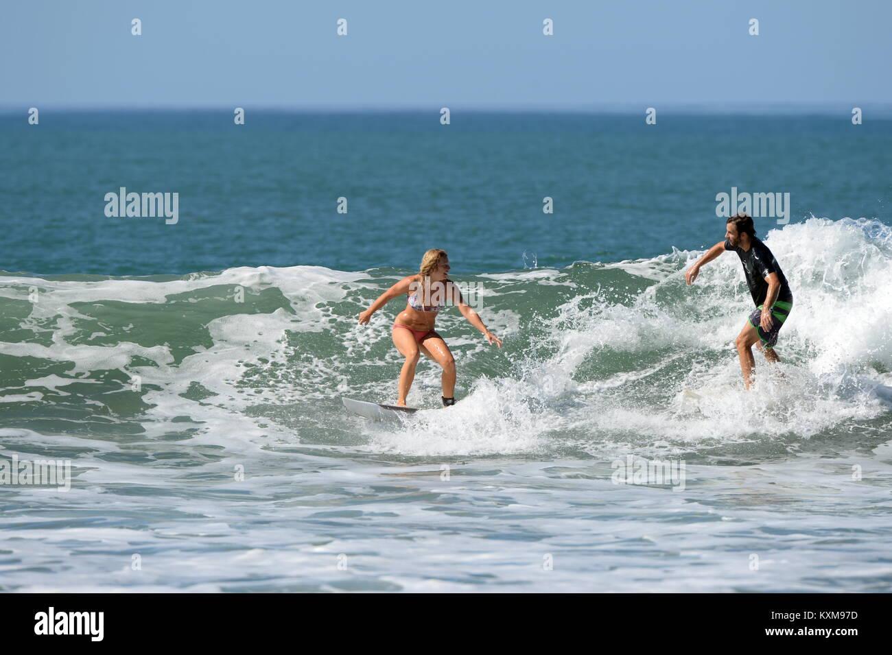 Surfen mit einem Freund (Sequenz 4) in Costa Rica - Neu engagiert Denise und Kris teilen eine Welle zusammen bei Stockfoto