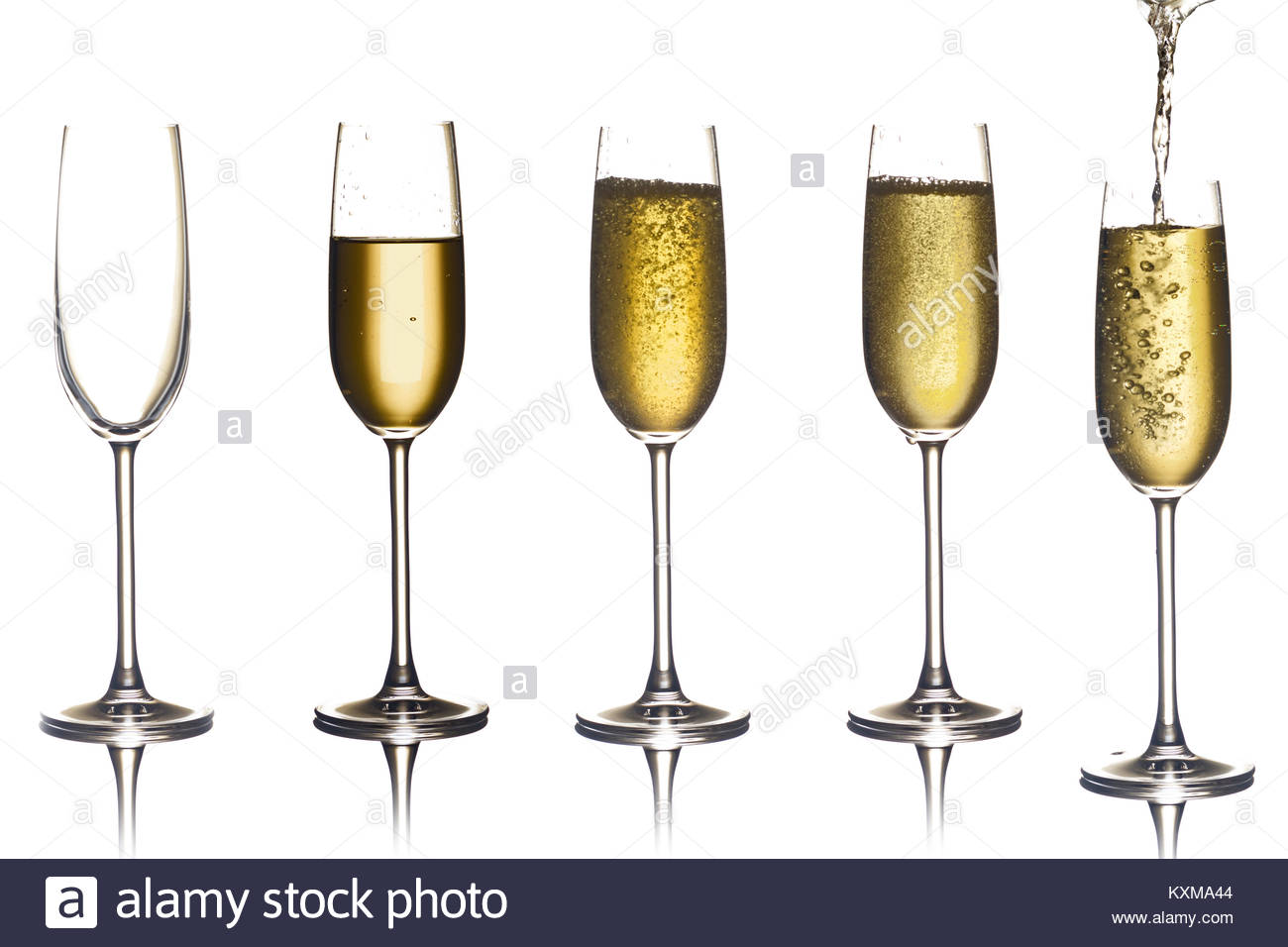 Glas Champagner, isoliert weißer Hintergrund Komposition für ein glückliches neues Jahr, alles Gute Stockbild