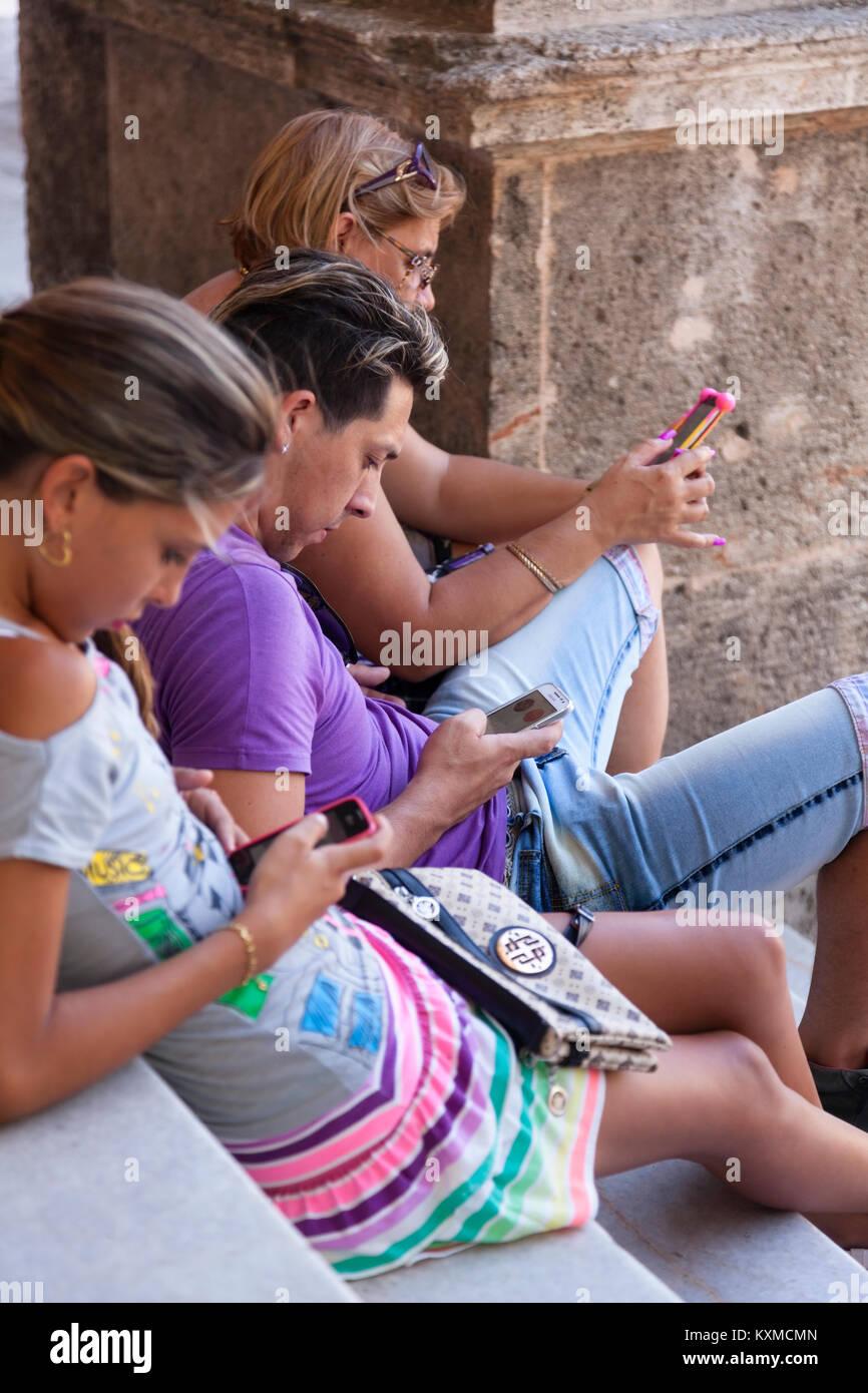 Kubaner mit Smartphones in Havanna, Kuba. Stockbild