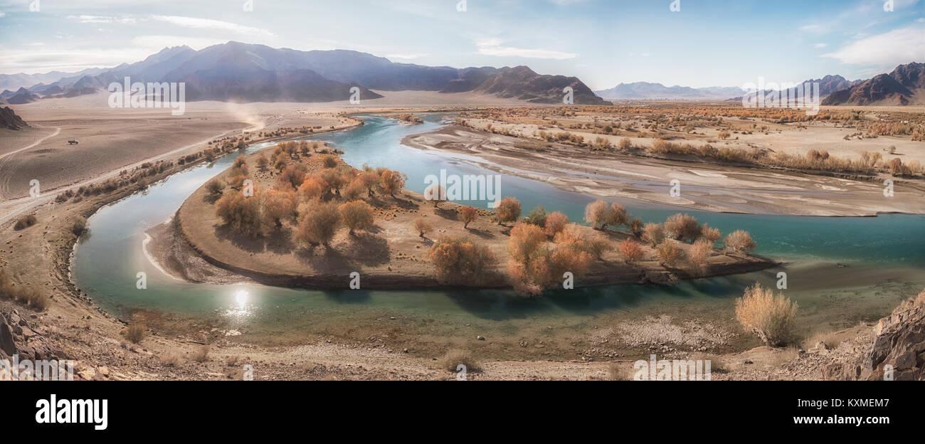 Green River Bank gelbe Blätter fallen goldene Stunde Ruhe stream Mongolei panorama Stockbild