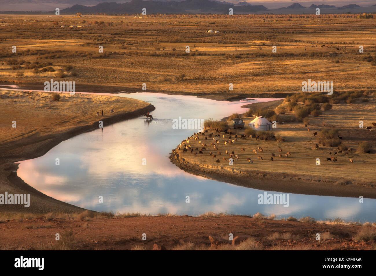 Sonnenuntergang Pferd fluss Mongolei Landschaft ebenen Wiesen steppen Ziegen Herde ger Goldenen Stunde Stockbild