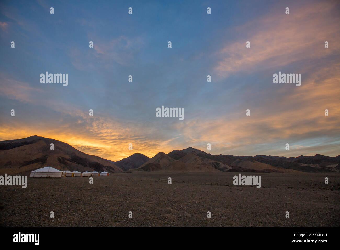 Malerische Aussicht, bei der die Zeile der Jurten in Altai Gebirge bei Sonnenaufgang, Khovd, Mongolei Stockbild