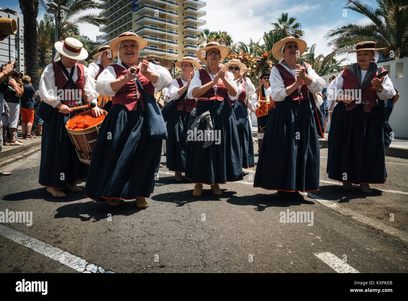 Puerto de la Cruz, Teneriffa, Kanarische Inseln - 30. Mai 2017: Kanaren Menschen in traditionellen Kleidern bekleidet Stockfoto