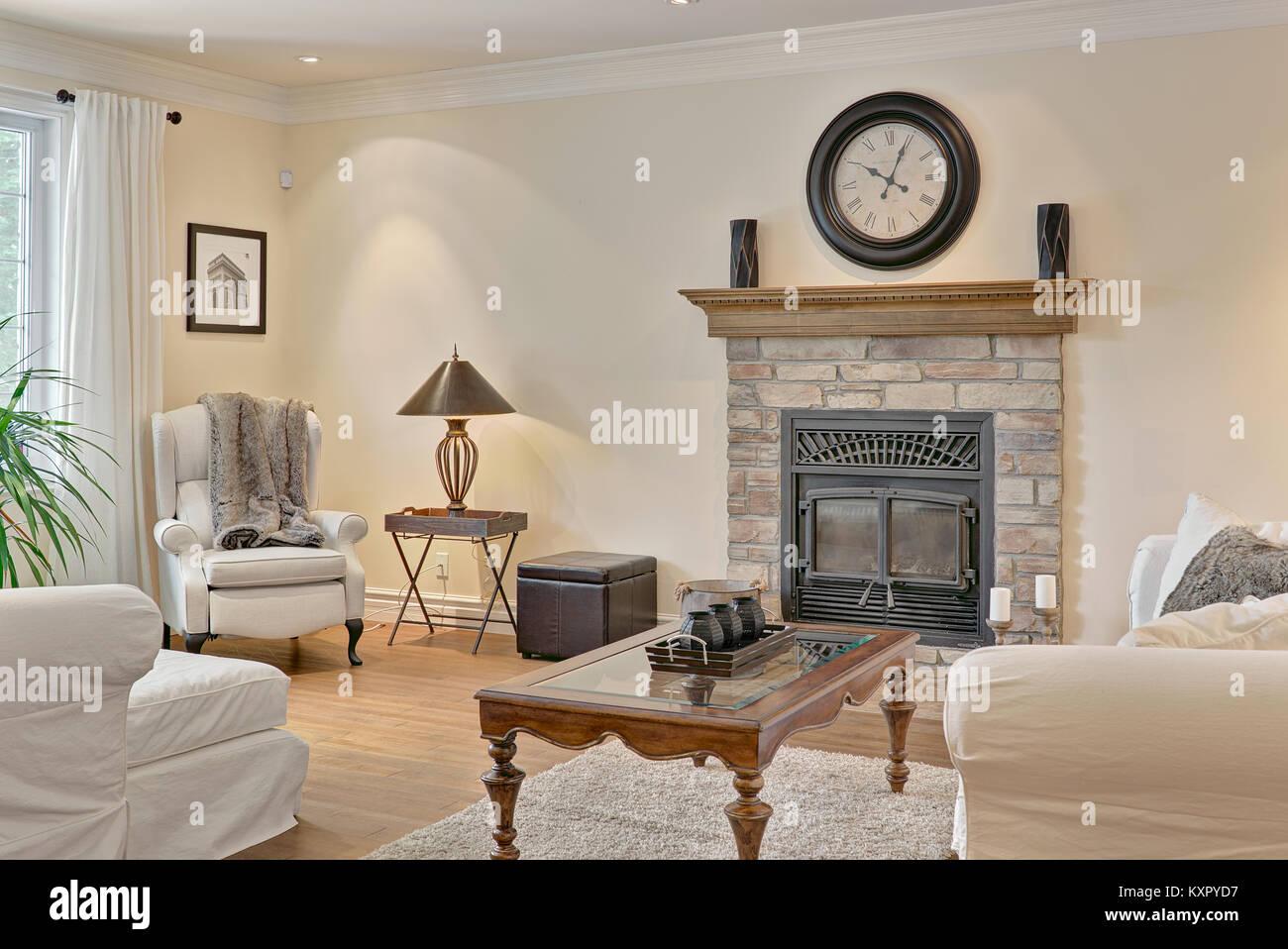 Entspannende Wohnzimmer Mit Kamin Feuerstelle Und Einem Fenster Weissen Mobeln Stuhlen Und Sofas Pflanzen Und Die Uhr Es Waren Mein Wohnzimmer Stockfotografie Alamy