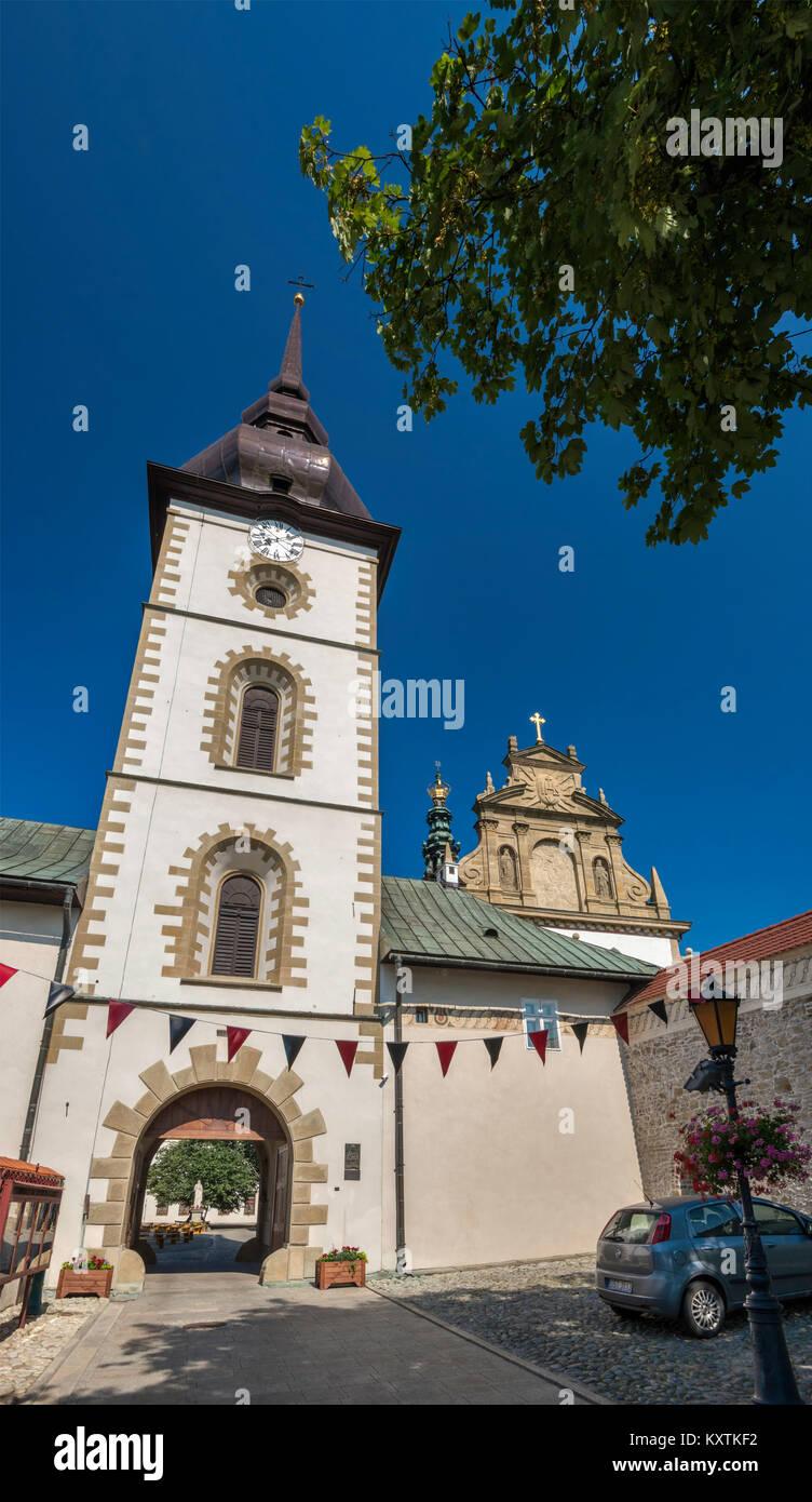 Turm am Kloster der Klarissen, Heilige Dreifaltigkeit und St. Clara von Assisi Kirche hinter Stary Sacz, Kleinpolen, Stockbild