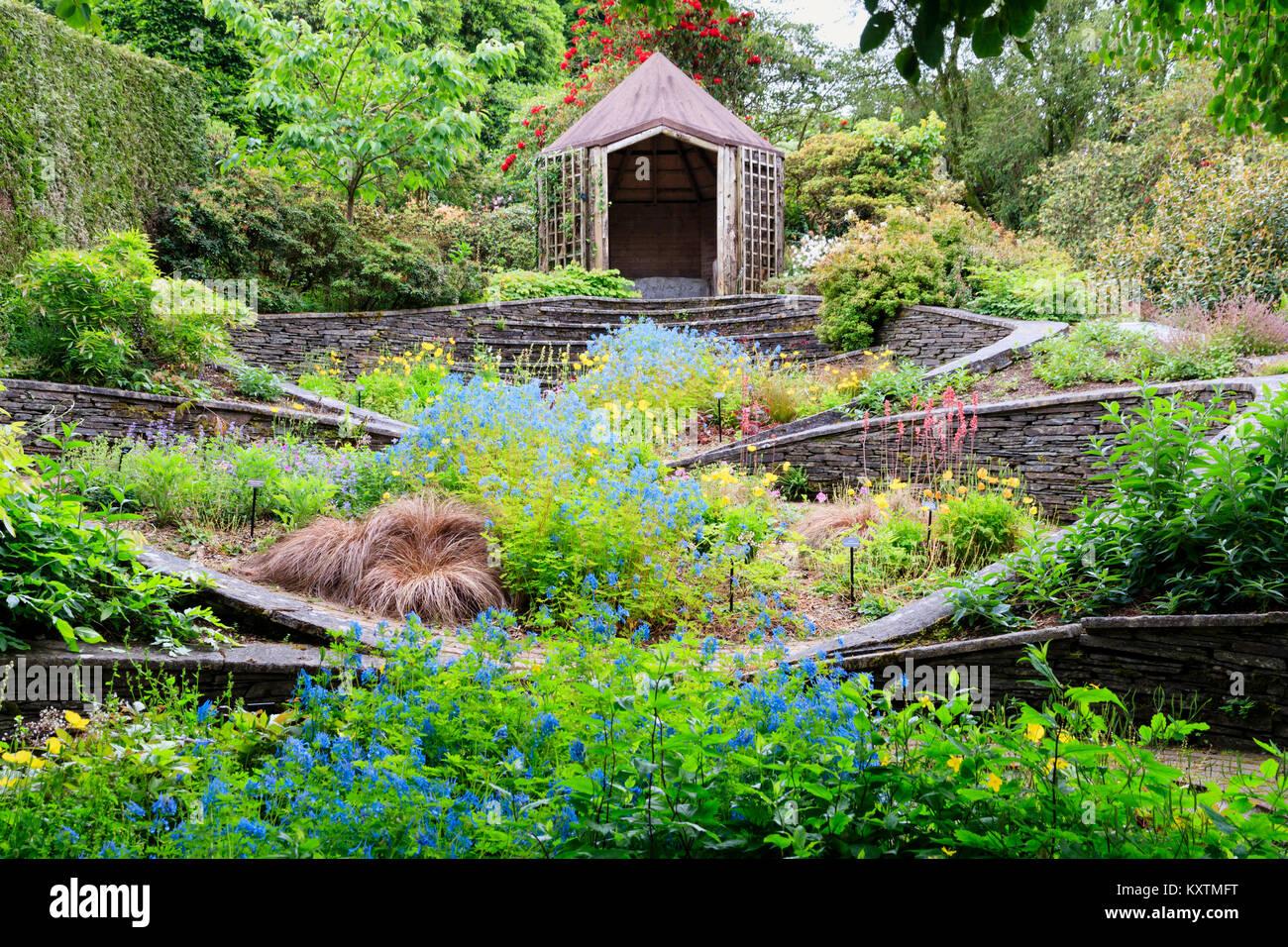 Später Frühling Blick auf die ovale Garten Garten Haus, Buckland Monachorum, Devon, UK, mit einer blauen Stockbild