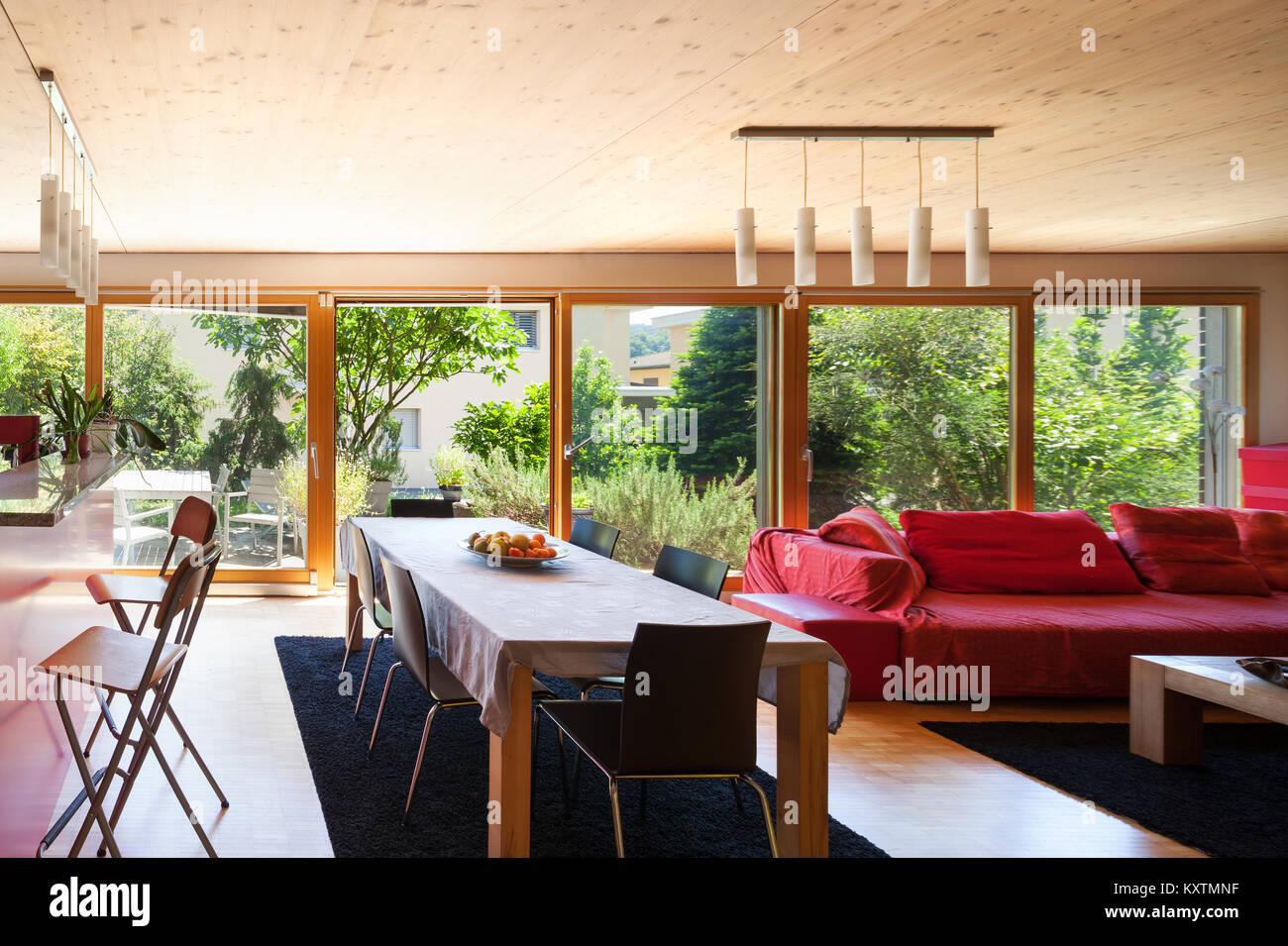 Wohnzimmer Esstisch Und Roten Divan Stockfoto Bild 171417499 Alamy