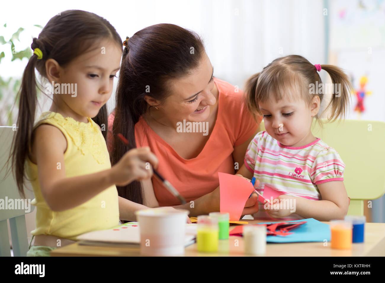 98ad91e3660ae2 Kinder Kinder Mädchen und Mutter Hand im Kindergarten oder zu Hause ...