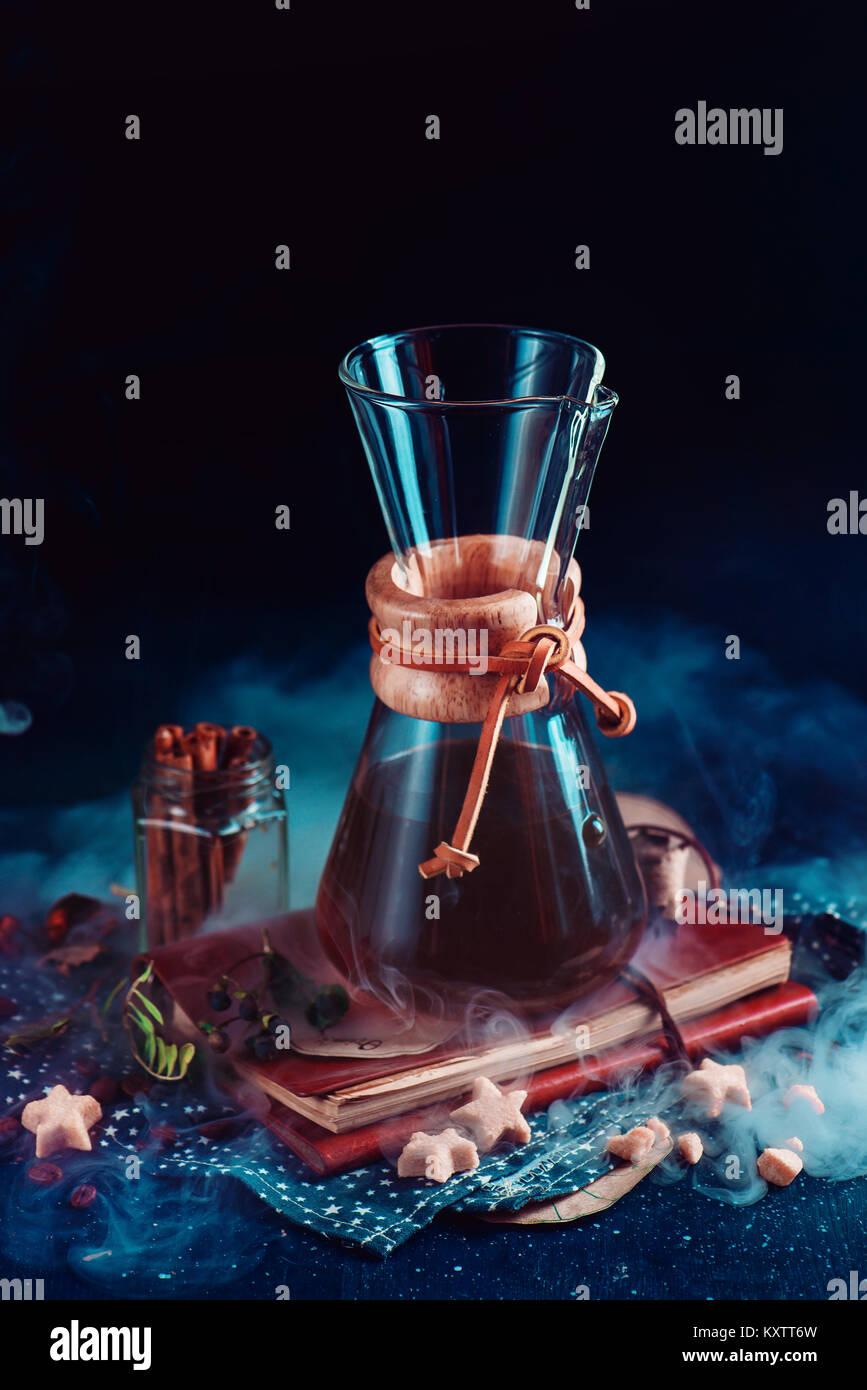 Chemex mit Zimt anis Sterne, braune sternförmige Zucker und ein Sketchbook auf einem dunklen Hintergrund mit Stockbild