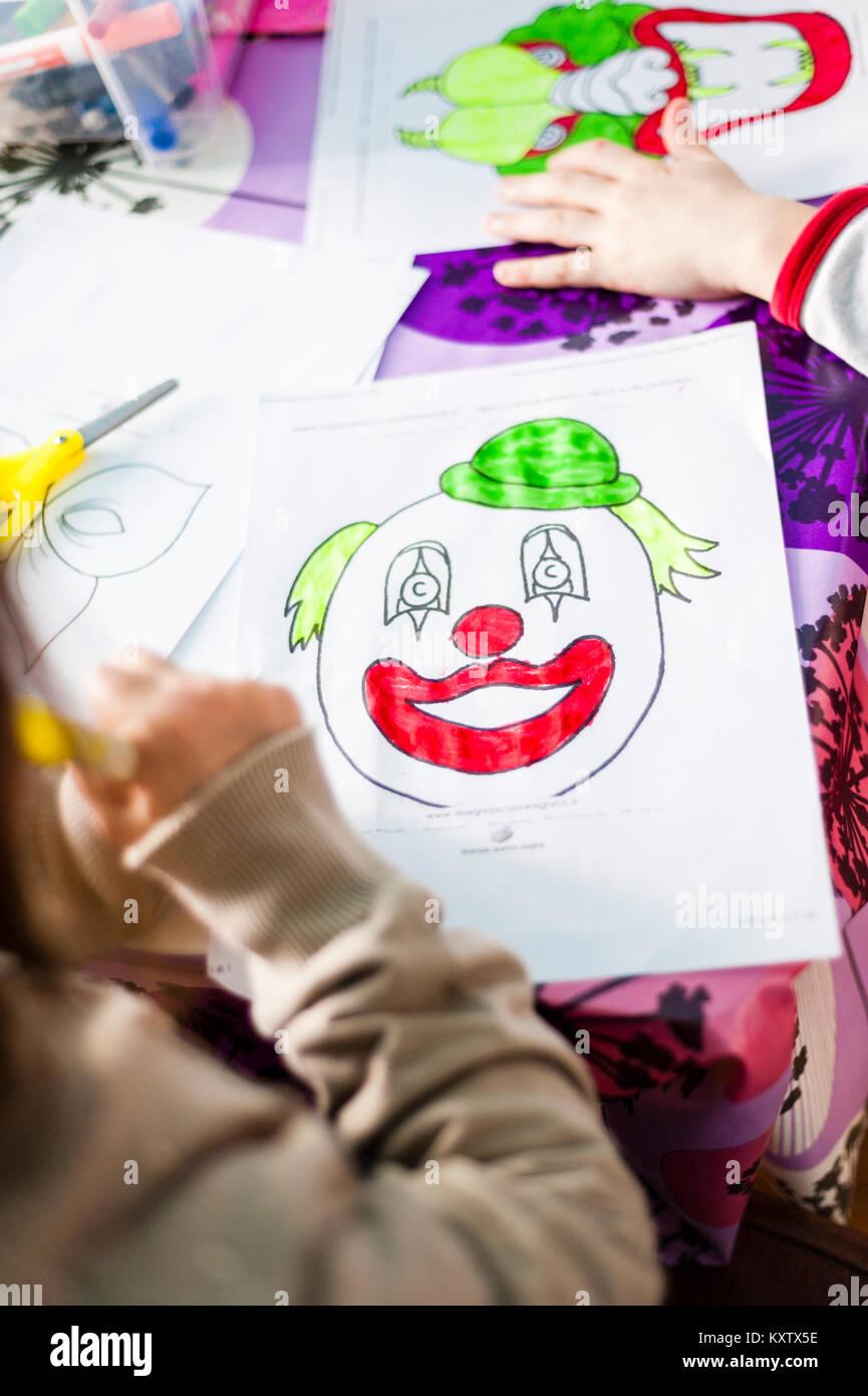 Kinder Malen Und Zeichnen Und Schneiden Sie Zeichnungen Indem Sie