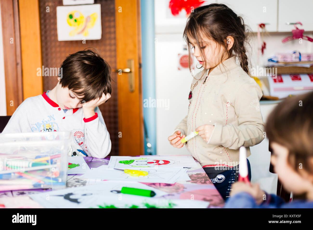 Kinder malen und zeichnen und schneiden Sie Zeichnungen, indem sie ...