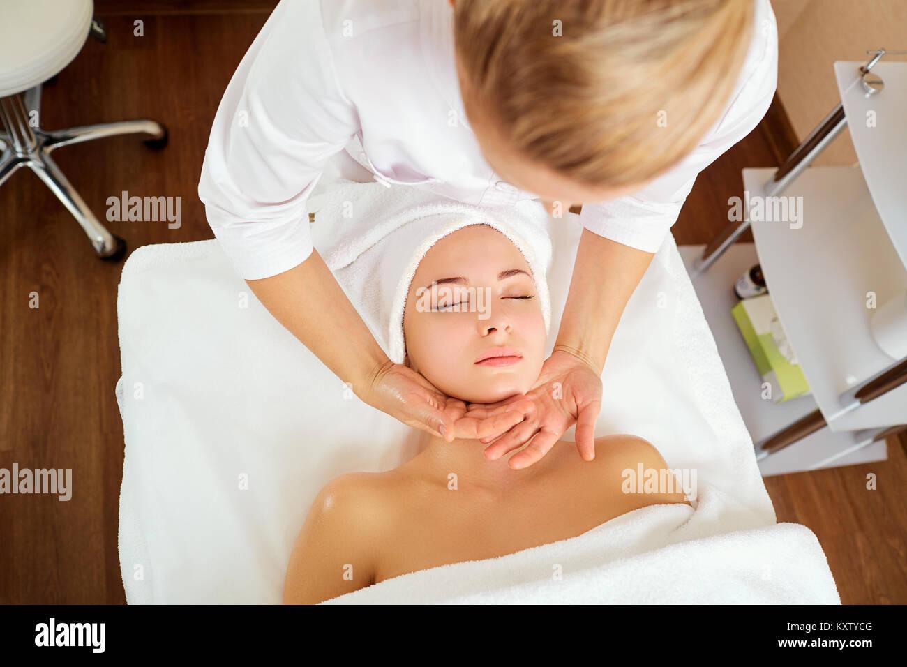 Schöne Frau mit einer Gesichtsmassage. Stockbild