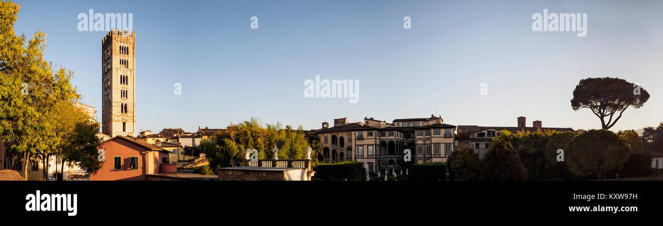 Blick auf die Basilika di San Frediano und Gebäude von der Via delle Mura Urbane, Lucca, Italien Stockbild