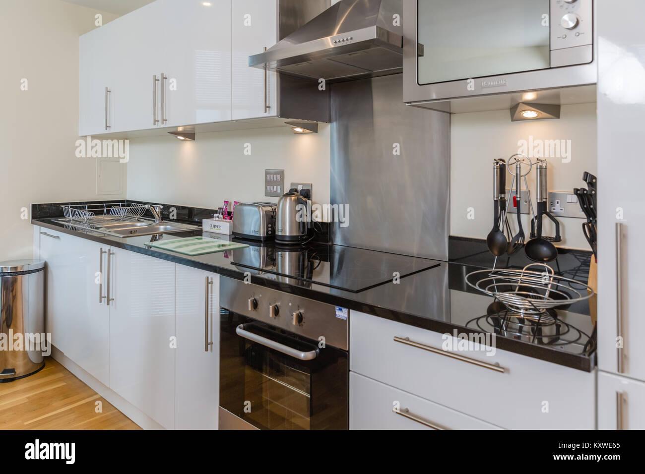 Moderne Weiße Küche Mit Schwarzer Arbeitsplatte Beenden Stockfoto