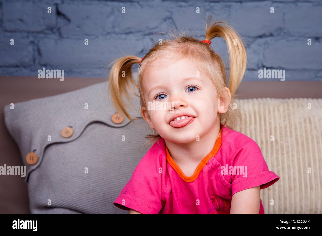 Portrat Einer Kleinen Lustigen Blonde Madchen Mit Blauen Augen Und