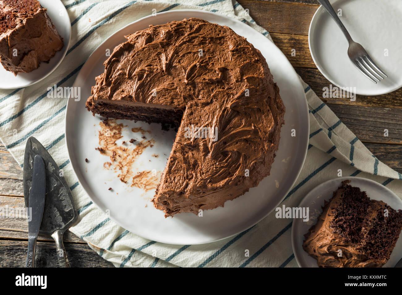 Süße Hausgemachte dunkle Schokolade Schicht Kuchen zum Nachtisch Stockbild