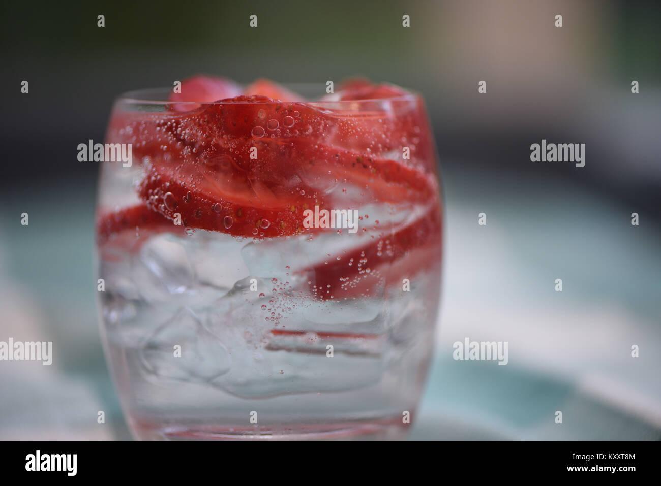 Essen und Trinken fotografie Bild des gesunden detox natürliches Mineralwasser mit Eis und Obst Rote Erdbeere Stockbild