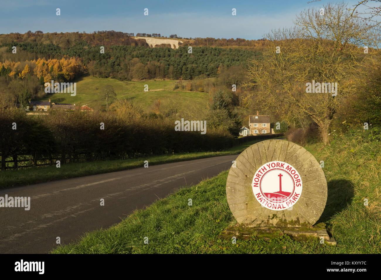 Grenzstein Markierung Eintritt in North York Moors National Park & Kilburn weißes Pferd am Hang darüber hinaus  Stockfoto