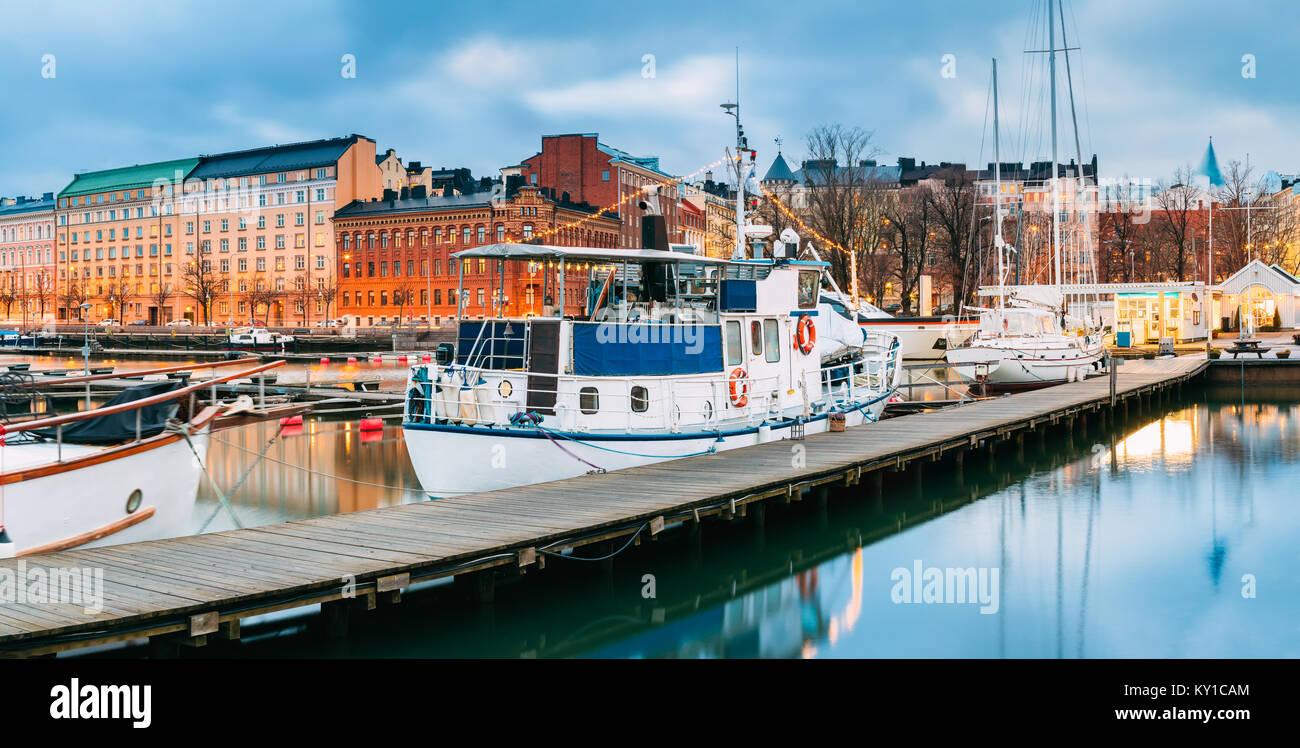 Helsinki, Finnland. Boot In Abend Beleuchtung am Pier. Stockbild