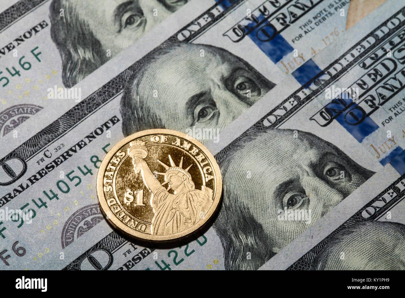 Ein Dollar Münze Die Freiheitsstatue Auf Hundert Dollar Scheine