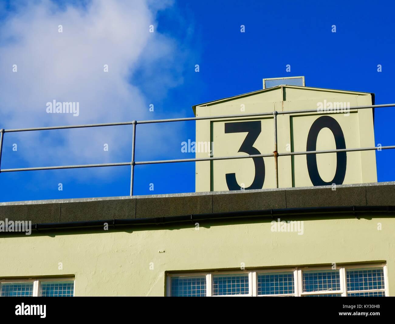 Weltkrieg 2 RAF Martlesham Heide Kontrollturm auf einem hellen, sonnigen Tag in Suffolk, Großbritannien. Jetzt Stockbild